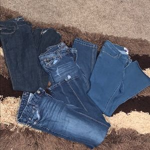 Lot 3 pair of jeans and 1 pair of ankle jeans.